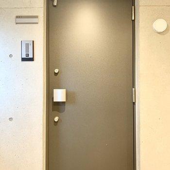 きれいな玄関扉です。※写真は前回募集時のものです