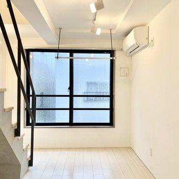白い内装に、黒い窓枠や手すりがきいてますね。※写真は前回募集時のものです