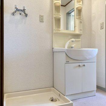 ゆったりとした脱衣所。洗面台は機能的な造り。