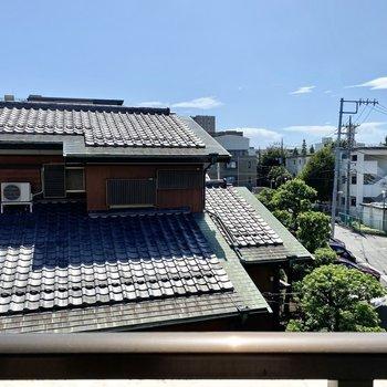 眺望は隣の屋根と青空です。