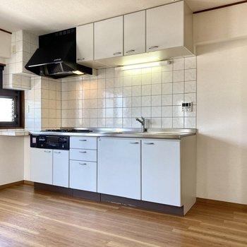 【LDK】タイルに囲まれたモノトーンのキッチン。右に冷蔵庫が置けます。
