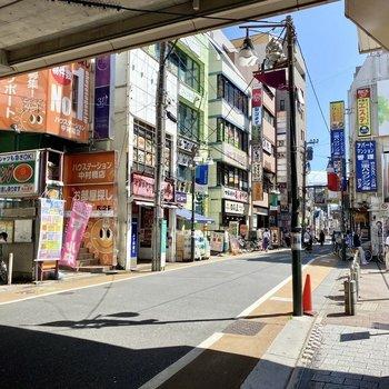 駅前。飲食店など沢山のお店があり、栄えた印象です。