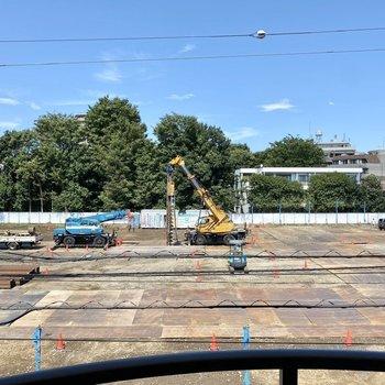 眺望は通り向いの建設現場です。