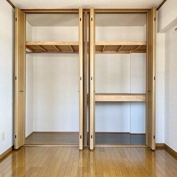 【洋室北】壁いっぱいに広がるクローゼット。左右で使い分けができると良いですね。
