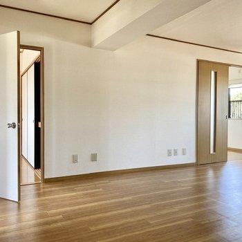 【LDK】2つのドアはそれぞれ洋室に続いています。