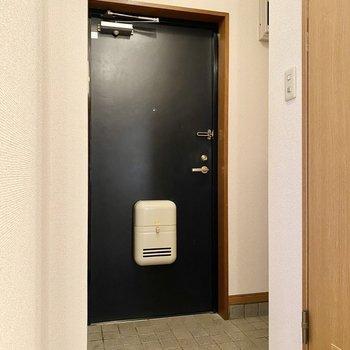玄関ドアはブラックで引き締まった印象をプラス。