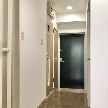 洋室を出ると玄関までまっすぐ伸びています。
