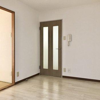 【DK】正面のドアは廊下へと続いています。