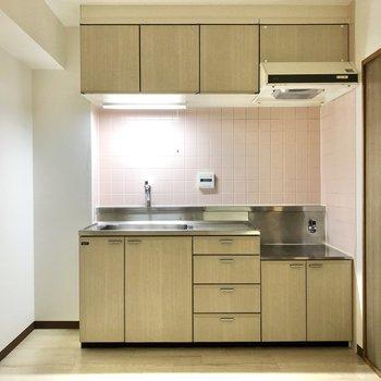 【DK】キッチンは上下に収納たっぷり。食器や調理器具も揃えたくなりますね。