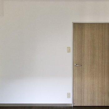 【洋室】ドア横にスタンドライトを置いたら素敵だろうなあ。