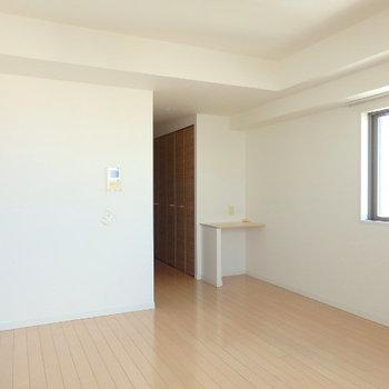 ほぼ正方形なので家具も置きやすいですよ(※写真は9階の同間取り別部屋のものです)