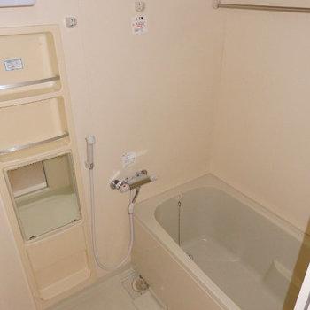 お風呂はシンプル。浴室乾燥機付きです(※写真は9階の同間取り別部屋のものです)