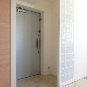 玄関はオープンに(※写真は9階の同間取り別部屋のものです)
