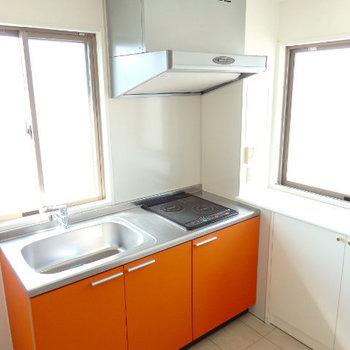 キッチンにも2面の窓!明るいし、臭いがこもりません。(※写真は9階のもの、実際のキッチンは赤色です)