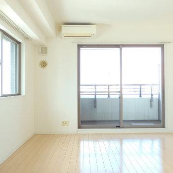 角部屋、2面採光が気持ち良い〜!(※写真は9階の同間取り別部屋のものです)
