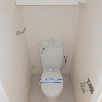 トイレの棚が便利ですね(※写真は9階の同間取り別部屋のものです)