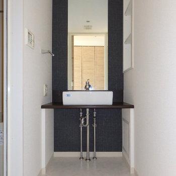 すっきりシンプルな独立洗面台(※写真は9階の同間取り別部屋のものです)