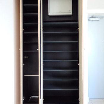 シューズボックスは大容量(※写真は9階の同間取り別部屋のものです)