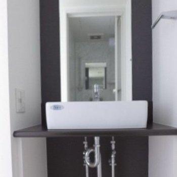 洗面台もシンプルでスタイリッシュ(※写真は11階の同間取り別部屋のものです)