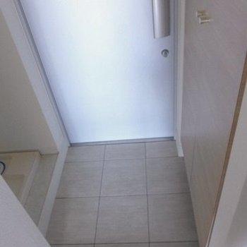 玄関にシューズボックスと、洗濯機置き場がありました(※写真は11階の同間取り別部屋のものです)