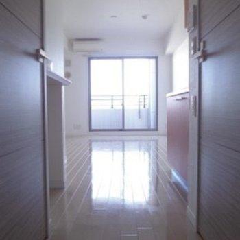 玄関からお部屋の中が見えるのでいつも綺麗にしておきたいですね(※写真は11階の同間取り別部屋のものです)