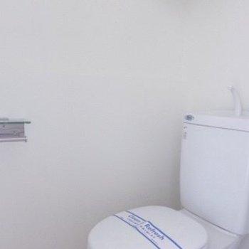 トイレも清潔感溢れていますね。上には棚もありますよ!(※写真は11階の同間取り別部屋のものです)
