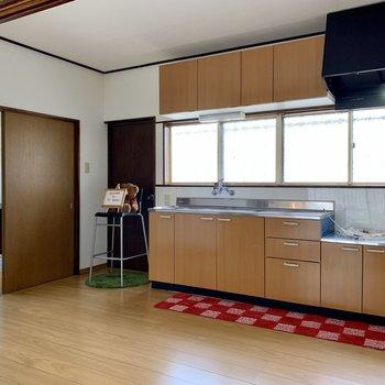 【LDK】親子で料理を楽しめる広さです。※家具はサンプルのものです