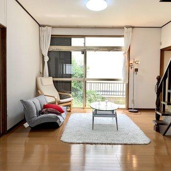 【LDK】南から心地のいい日差しが入ってきますよ。※家具はサンプルのものです