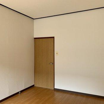 【洋室5.5帖①】シンプルな空間なので、ラグやクッションで彩りをプラスしたいですね。
