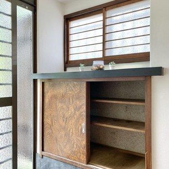 シューズボックス上に観葉植物を置けばアクセントに。※家具はサンプルのものです