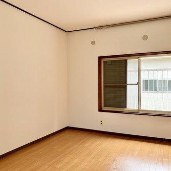 【洋室5.5帖①】広さの目安としてはダブルベッドが置けるくらい。