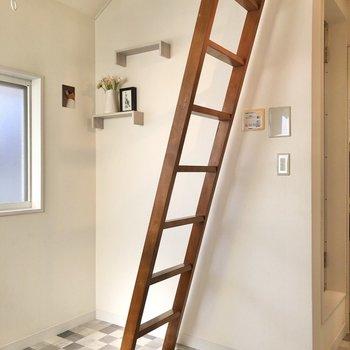 はしご横には3段の棚付き。※小物はサンプルです