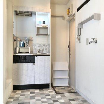 キッチン横に玄関があります。※小物はサンプルです
