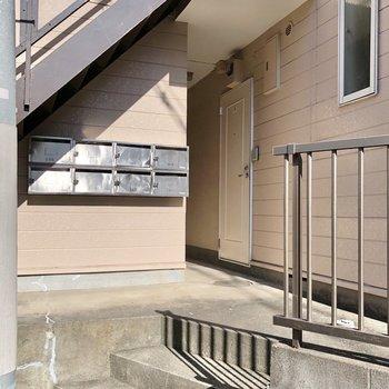 メールボックスは階段下に。