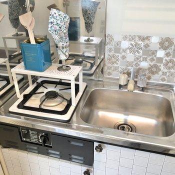 調理スペース確保にはシンクボードや折り畳みの作業台があると便利ですね。※小物はサンプルです