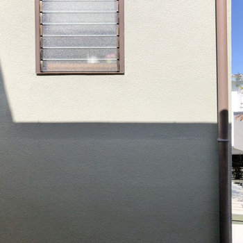出窓からの眺望です。お向かいのお家の壁が正面にあります。