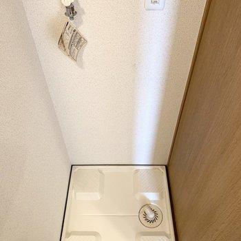 洗濯機置場はドアの脇に。(※写真は2階の同間取り別部屋のものです)