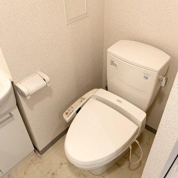 おトイレは洗面化粧台の隣に。(※写真は2階の同間取り別部屋のものです)