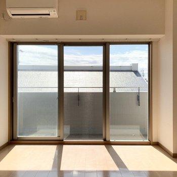 FIX窓付きの大開口。(※写真は2階の同間取り別部屋のものです)
