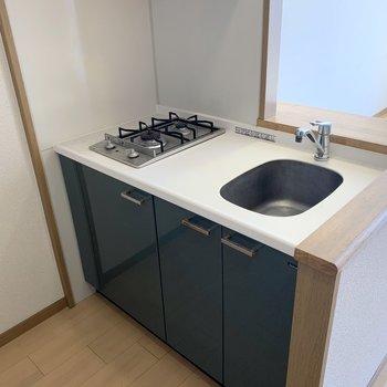 白いトップ、シルバーのコンロ、グリーンのボディ、このキッチン素敵です。(※写真は2階の同間取り別部屋のものです)