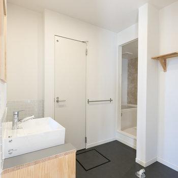 こちらはサニタリールーム※写真は同間取り別部屋※床の色は異なります