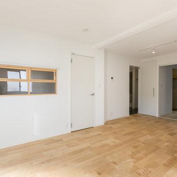 優しいバーチの無垢床になります。※写真は同間取り別部屋
