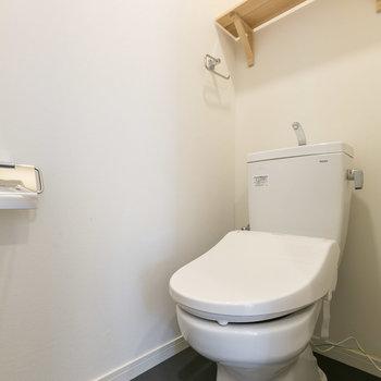 トイレも枕棚でナチュラルに※写真は同間取り別部屋※床の色は異なります