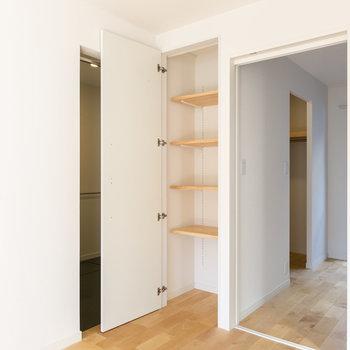 洋室の入り口にはちょっとした棚がこっそり。。※写真は同間取り別部屋