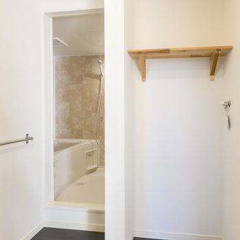 洗濯機の隣は浴室へ※写真は同間取り別部屋※床の色は異なります