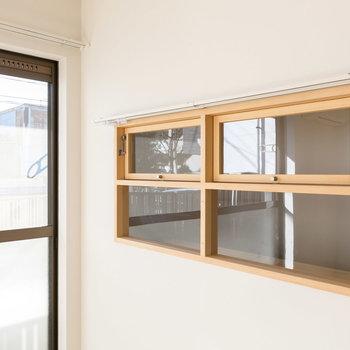 玄関はこちらの窓から、チラリ。※写真は同間取り別部屋