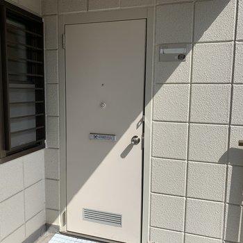 玄関はこんな感じ!白でスッキリ