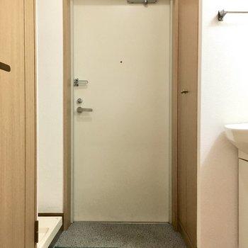 玄関はコンパクト。※写真は1階反転間取り別部屋のものです)