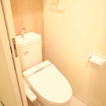 そして洗濯機置き場のすぐとなりにトイレです。