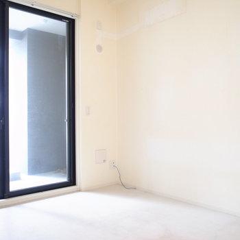 【洋室6帖】こちらは寝室に。外の歩道と繋がっているのでカーテンはマストです!